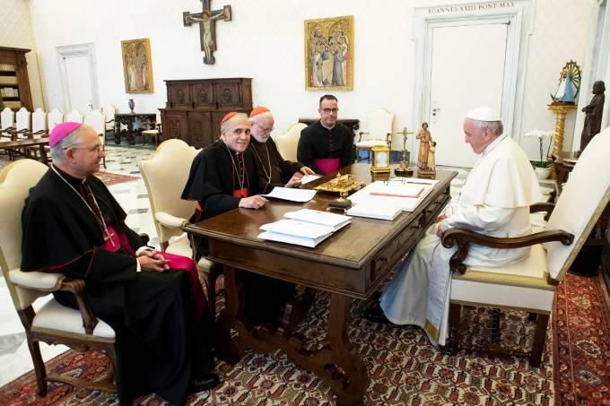Papa Francisco se reúne com cardeais