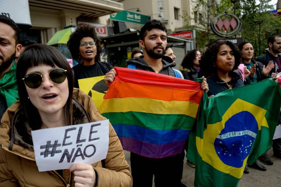 Manifestantes protestam contra o presidenciável Jair Bolsonaro em Santiago, Chile - 29/09/2018