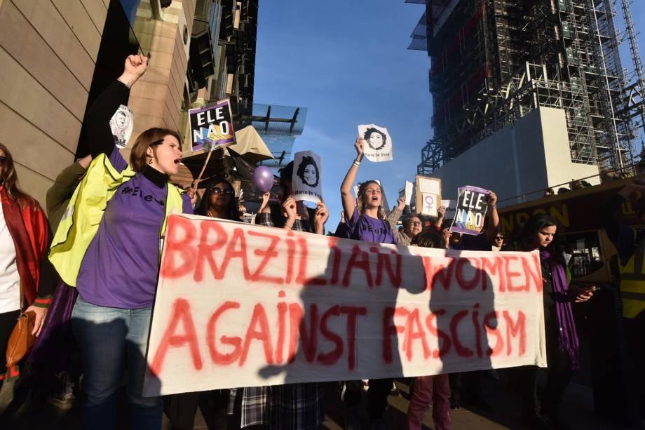 Mulheres se reúnem para a marcha Mulheres contra Jair Bolsonaro em Westminster, Londres - 29/09/2018