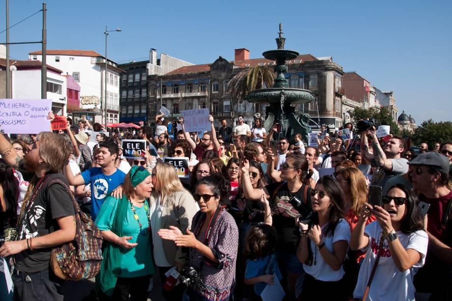 Manifestantes participam do ato Mulheres Contra Jair Bolsonaro, em Porto, Portugal - 29/09/2018