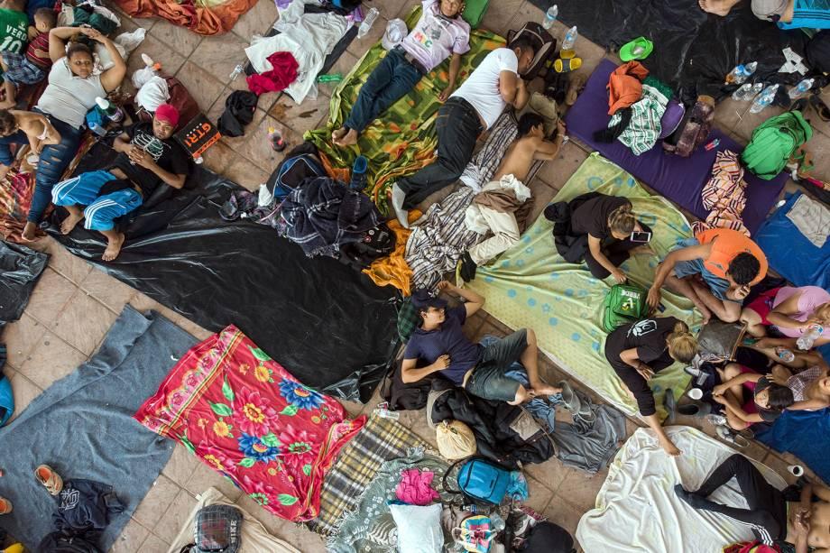 Imigrantes hondurenhos descansam na praça principal de Pijijiapan, estado de Chiapas, no México, durante a caravana de imigração para os EUA - 25/10/2018