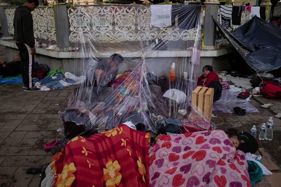 Imigrantes de marcham para os Estados Unidos improvisam um abrigo com plástico em uma praça na cidade mexicana de Tapachula - 22/10/2018