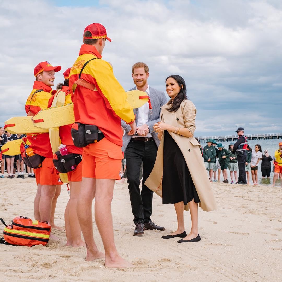Meghan Markle e príncipe Harry conhecem salva-vidas na Austrália