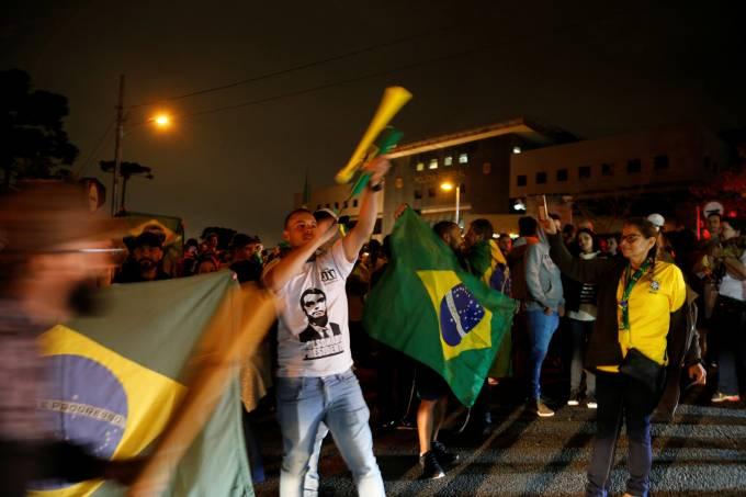 Apoiadores de Bolsonaro comemoram em Curitiba