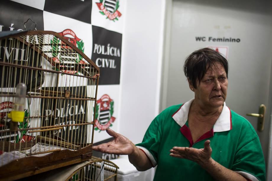 Maria Tereza da Silva, de 65 anos, implorava para que ela pudesse ficar com os seus cinco papagaios