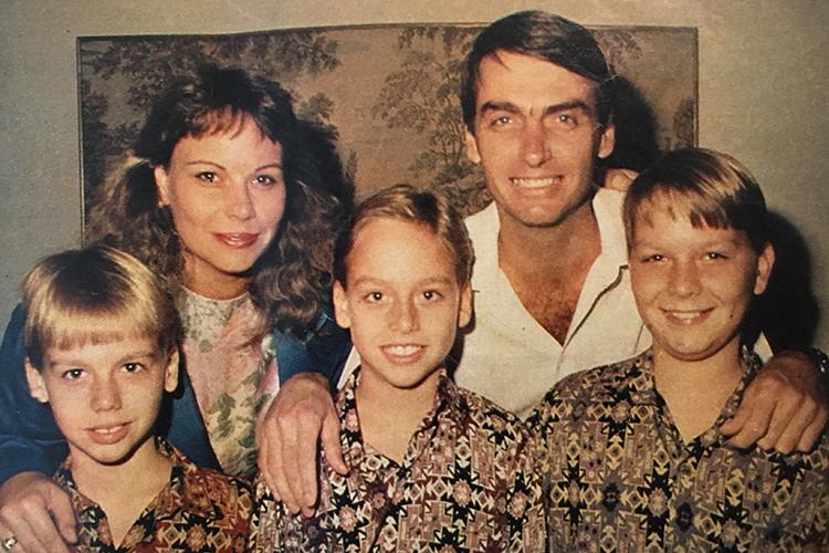 Jair Bolsonaro com sua ex-esposa Rogéria Nantes Nunes Braga, e os três filhos do casal: Eduardo, Carlos e Flávio