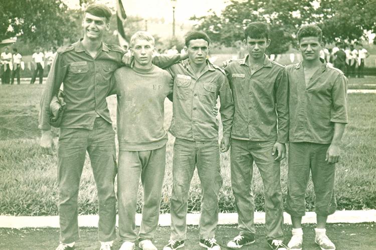 Formou-se em 1977 na Academia Militar das Agulhas Negras, em Resende. Integrante da Brigada Pára-Quedista, tornou-se mestre em saltos em 1983. Também estudou educação física na Escola do Exército.