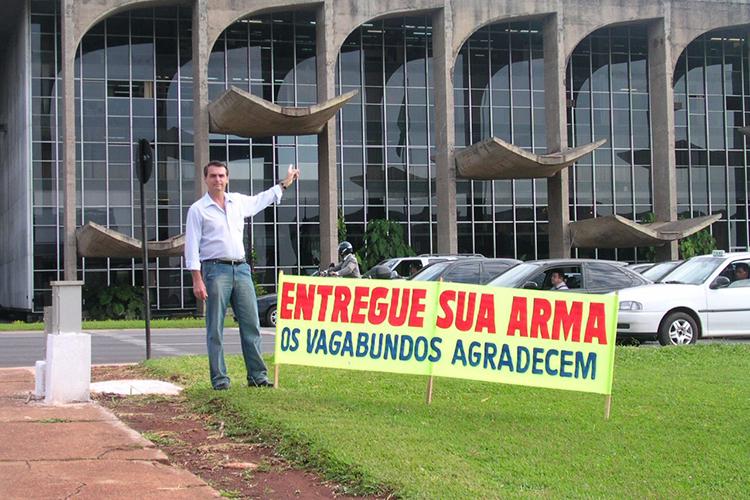 Jair Bolsonaro coloca faixa de protesto em frente ao Palácio da Justiça, em Brasília (DF), nos anos 2000