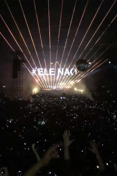 Durante o show no Allianz Parque, o ex-líder da banda Pink Floyd, Roger Waters exibiu no telão a hashtag Ele Não, contra o candidato Jair Bolsonaro - 09/10/2018