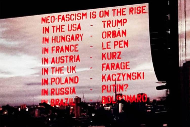 Roger Waters exibe mensagem sobre neo-facismo mencionando o nome do candidato à presidência Jair Bolsonaro, durante show no Allianz Parque, em São Paulo - 09/10/2018