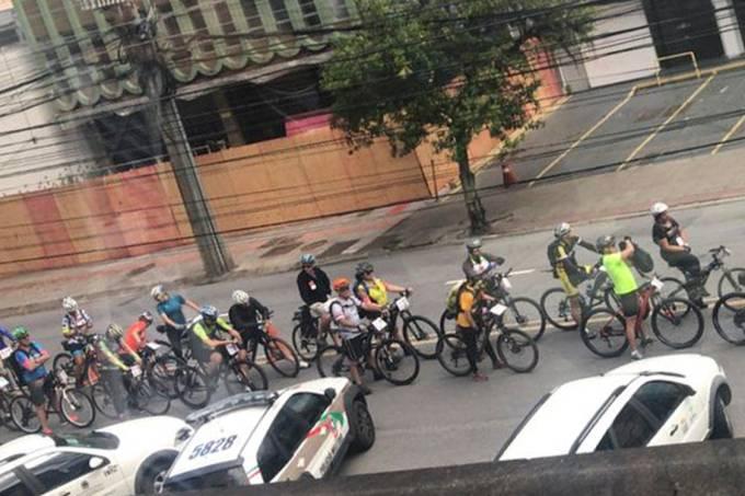 Voluntários levam mídias de voto de bicicleta durante o segundo turno eleitoral em Santa Catarina
