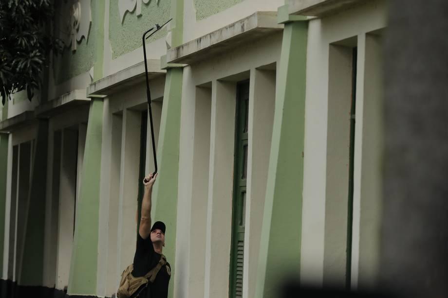 Policias Federais inspecionam a Escola Municipal Rosa da Fonseca, na Vila Militar, em Marechal Hermes, na Zona Norte do Rio