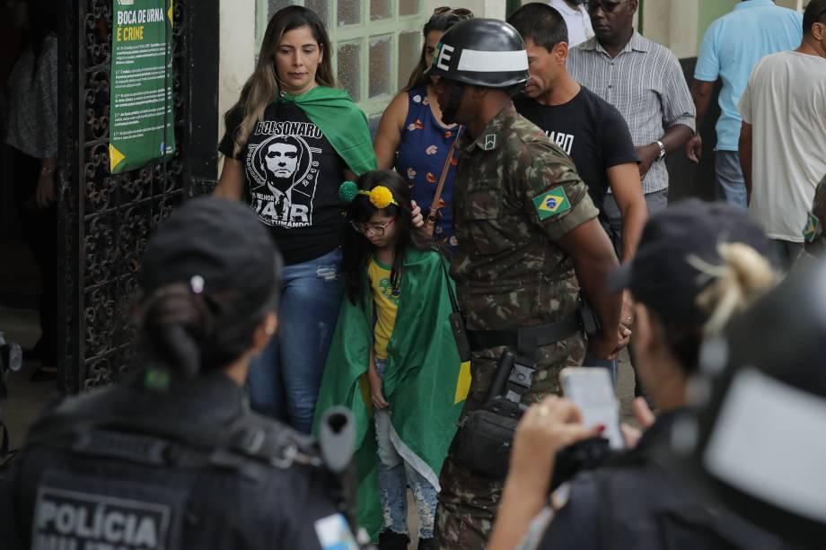 Família chega para votar vestida com camisetas em apoio ao candidato Jair Bolsonaro (PSL) na mesma escola em que vota o candidato na zona Oeste do Rio