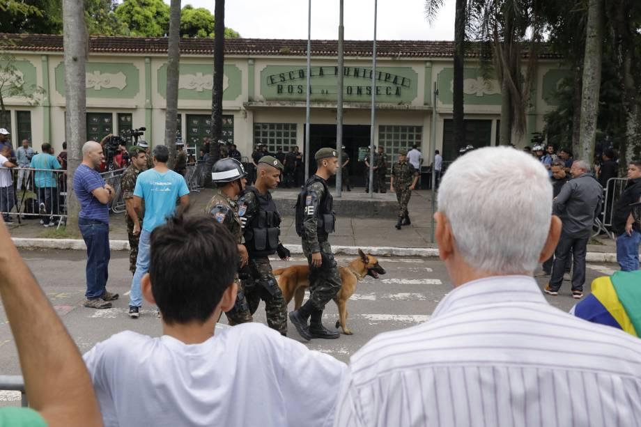 Militares fazem a segurança no lado externo da Escola Municipal Rosa da Fonseca, na Zona Oeste do Rio de Janeiro, local de votação do candidato Jair Bolsonaro do PSL