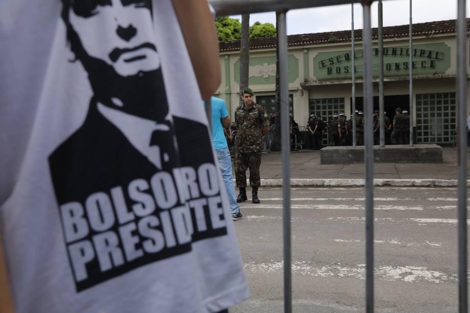 Apoiador de Jair Bolsonaro é fotografado em frente à Escola Municipal Rosa da Fonseca, na Zona Oeste do Rio de Janeiro, local de votação do candidato do PSL
