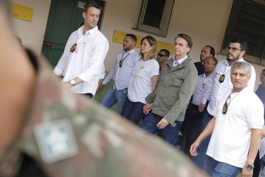 Acompanhado da esposa Michelle, Jair Bolsonaro candidato à Presidência da República pelo PSL vota na Escola Municipal Rosa da Fonseca, na Zona Oeste do Rio de Janeiro