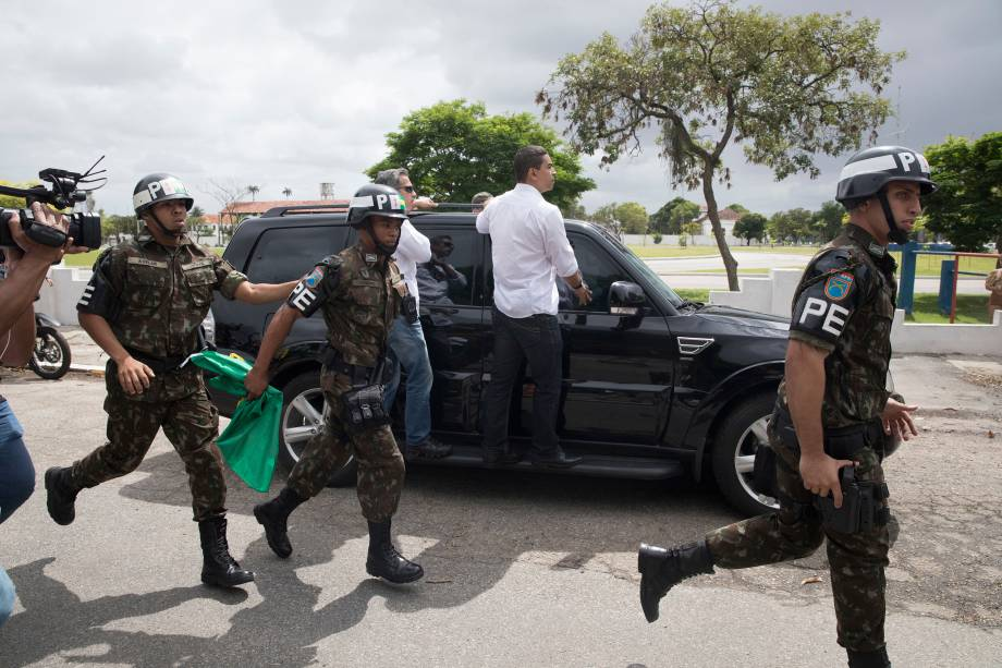 O candidato a Presidência da República Jair Bolsonaro (PSL) deixa a escola onde votou, na Vila Militar em Deodoro, na Zona Oeste do Rio