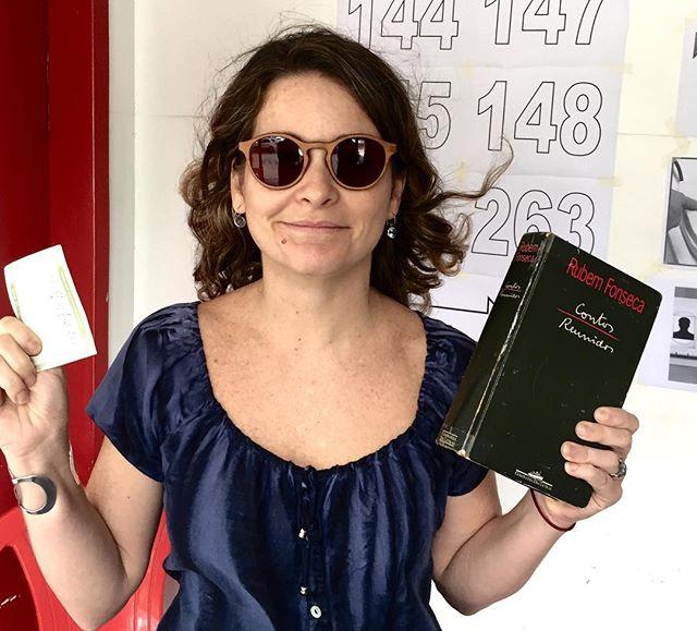 Claudia Abreu votando com livro