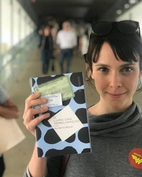 Débora Falabella leva livro de Ana Martins Marques para a votação do segundo turno