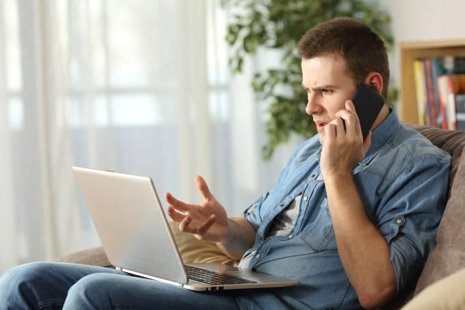 Pessoa irritada falando ao telefone