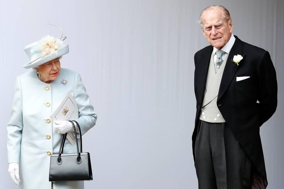 A Rainha Elizabeth e o Príncipe Philip aguardam a chegada da carruagem com a Princesa Eugenie de York e Jack Brooksbank após casamento na Capela de São Jorge, no Castelo de Windsor - 12/10/2018