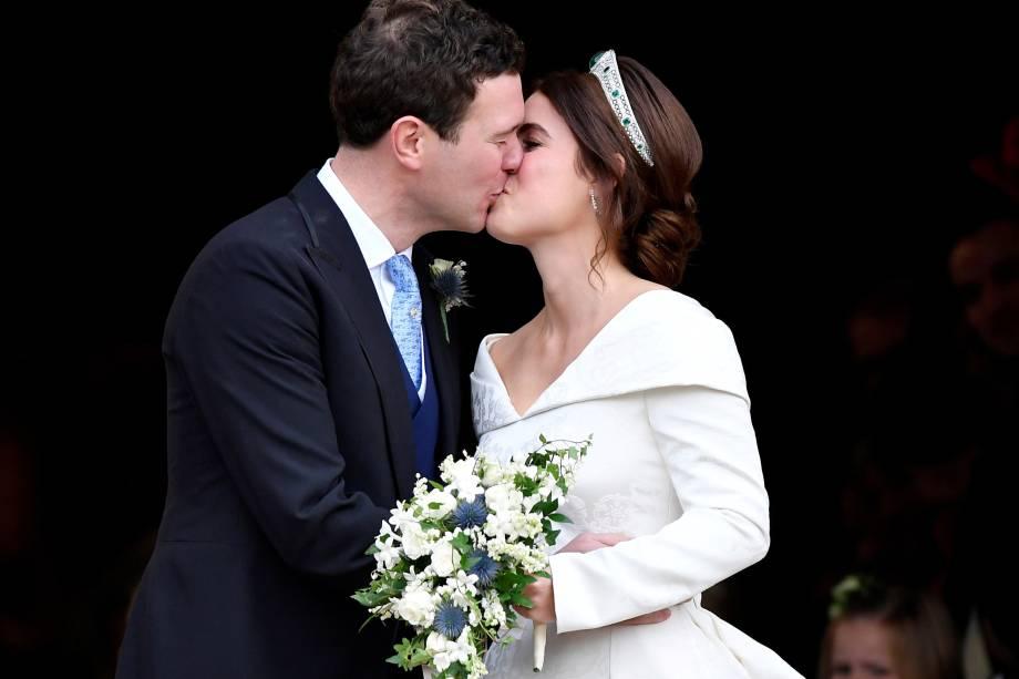 Princesa Eugenie e Jack Brooksbank se beijam após o casamento na Capela de São Jorge no Castelo de Windsor - 12/10/2018