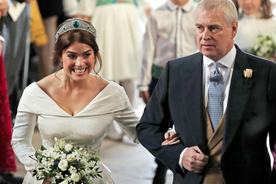 Princesa Eugenie é levada ao altar por seu pai, o duque de York, para seu casamento com Jack Brooksbank na Capela de São Jorge no Castelo de Windsor - 12/10/2018