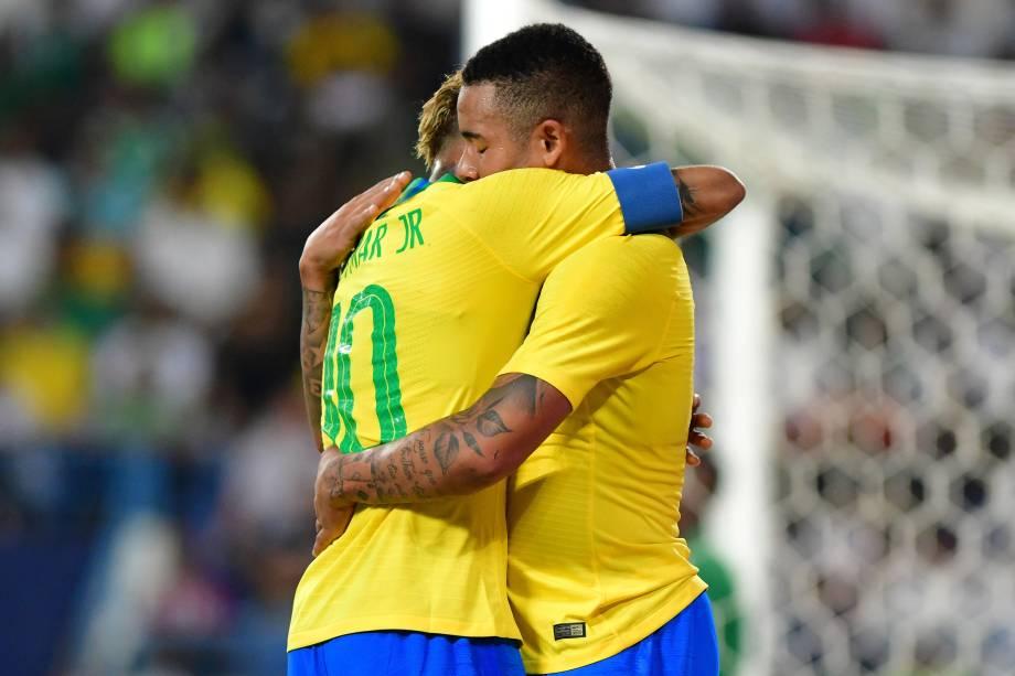 Gabriel Jesus abraça Neymar após marcar o primeiro gol da seleção brasileira na partida contra a Arábia Saudita em Riade - 12/10/2018