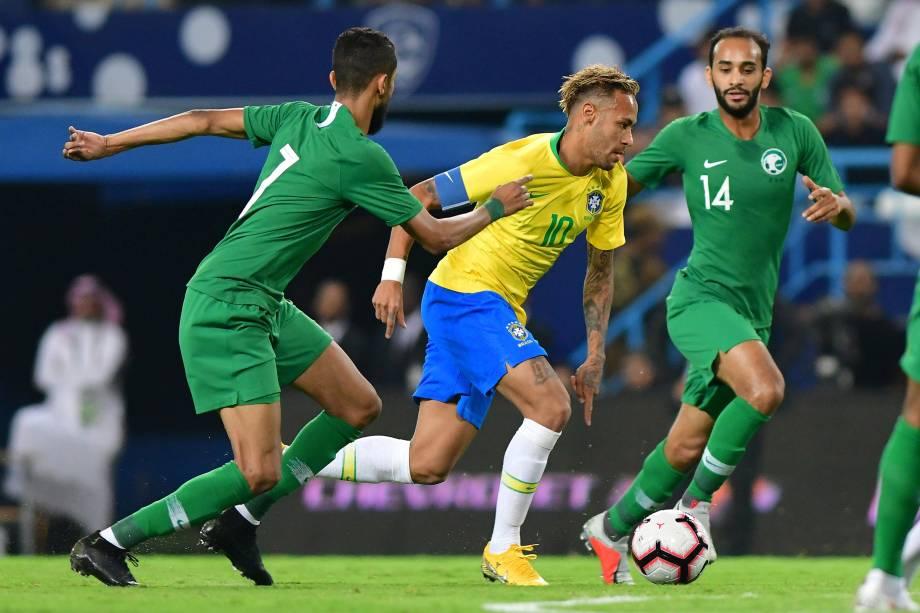 Neymar em ação contra Abdullah Otayf e Salman Al-Faraj da Arábia Saudita