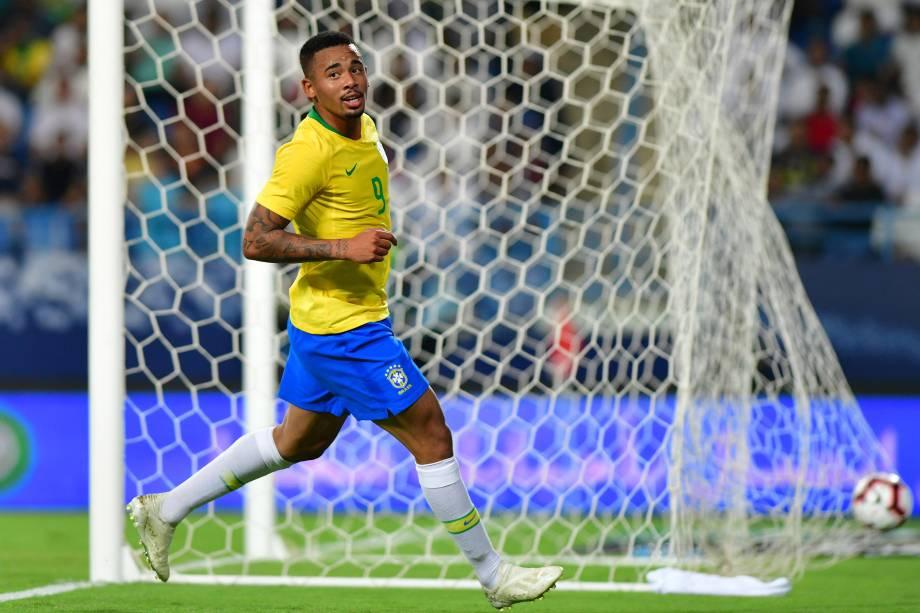 Gabriel Jesus chuta para marcar o primeiro gol da seleção brasileira na partida contra a Arábia Saudita em Riade - 12/10/2018