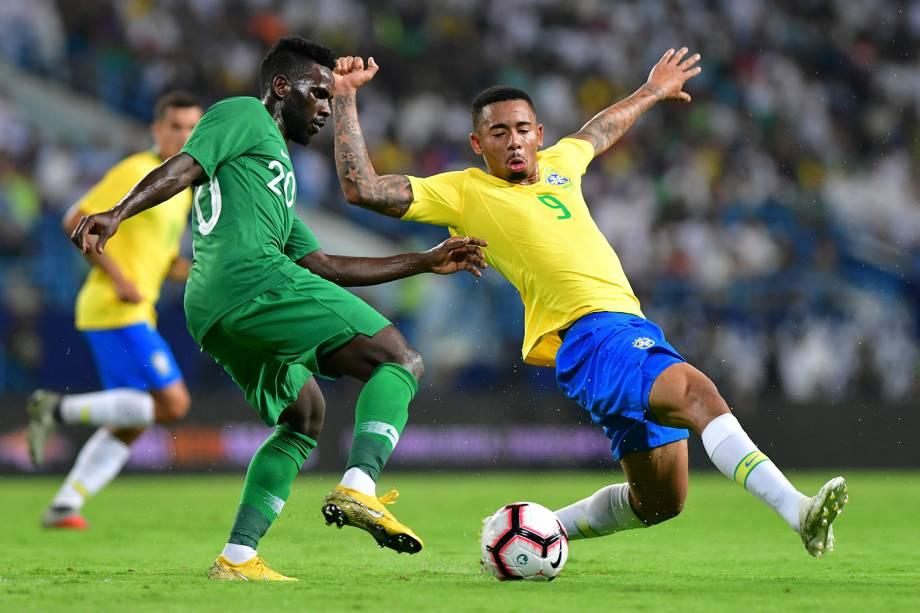 Gabriel Jesus, do Brasil, marca o saudito Abdulaziz Al-Bishi durante o amistoso em Riade, capital da Arábia Saudita - 12/10/2018