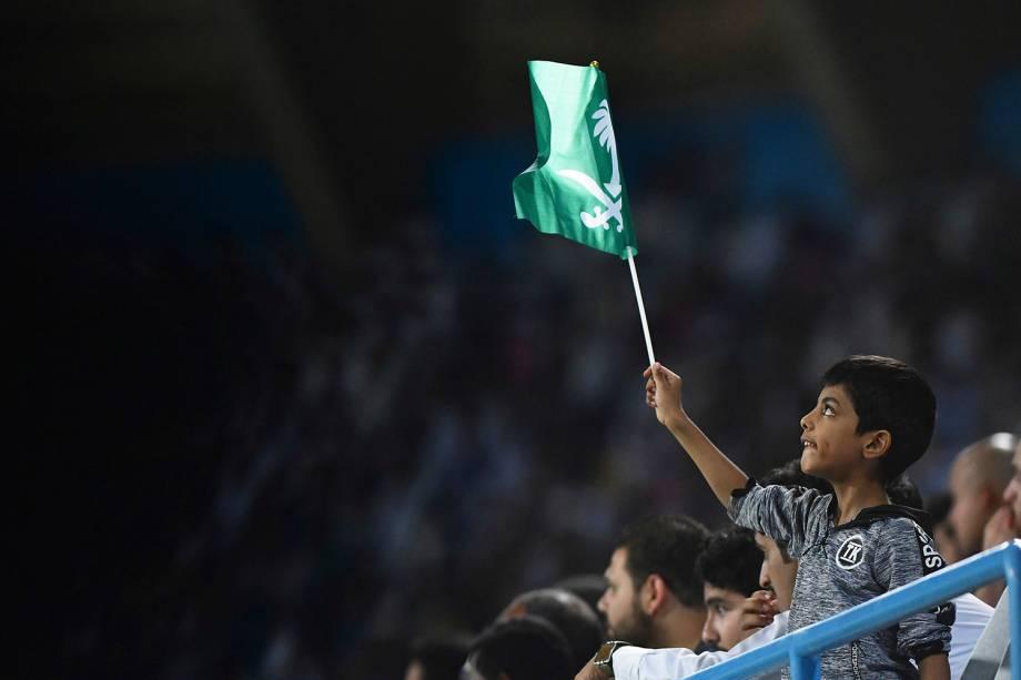 Torcedor da Arábia Saudita agita uma bandeira do país durante o amistoso contra o Brasil, em Riade - 12/10/2018