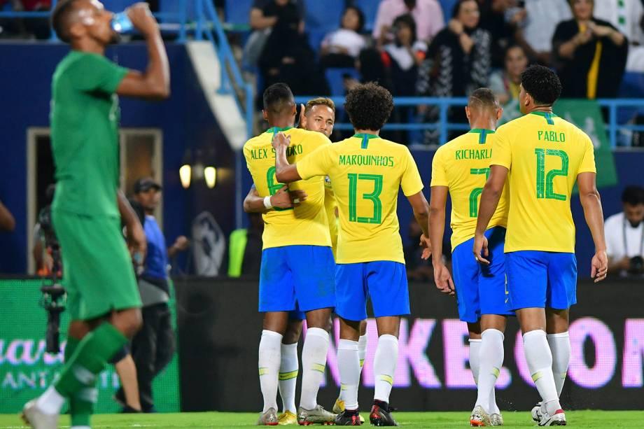 Alex Sandro abraça os companheiros de time após marcar o segundo gol do Brasil sobre a Arábia Saudita - 12/10/2018