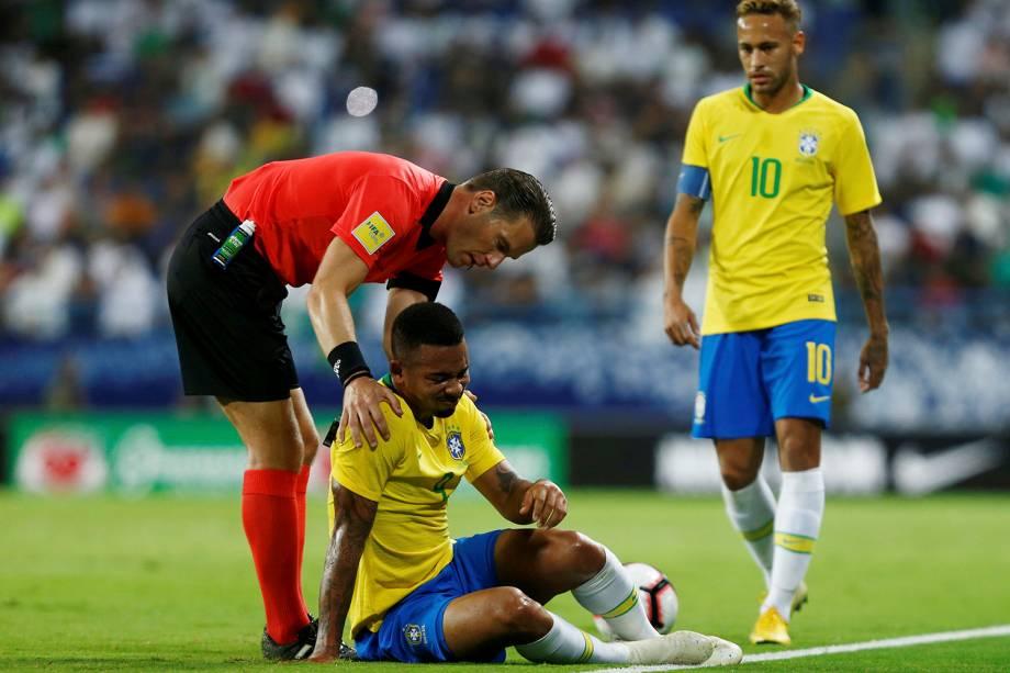 Gabriel Jesus reage após uma falta sofrida no amistoso contra a Arábia Saudita, no estádio King Saud University, em Riade - 12/10/2018