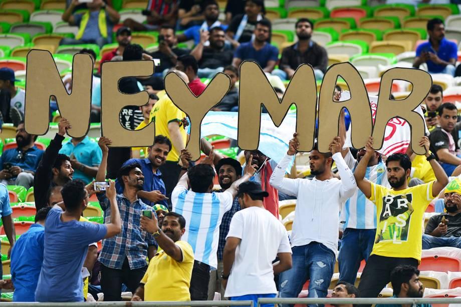 Torcedores erguem letras referentes ao jogador Neymar, antes de partida entre Brasil e Argentina, válida pelo Superclássico das Américas - 16/10/2018