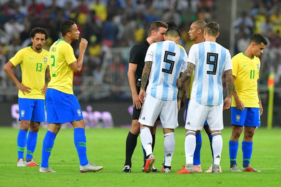 Juiz Felix Brych fala com Leandro Paredes da Argentina durante partida contra o Brasil em Jeddah, Arábia Saudita - 16/10/2018