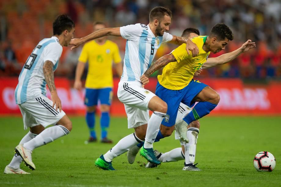 Roberto Firmino (dir) disputa bola com Pezzella (centro), durante partida entre Brasil e Argentina, válida pelo Superclássico das Américas - 16/10/2018