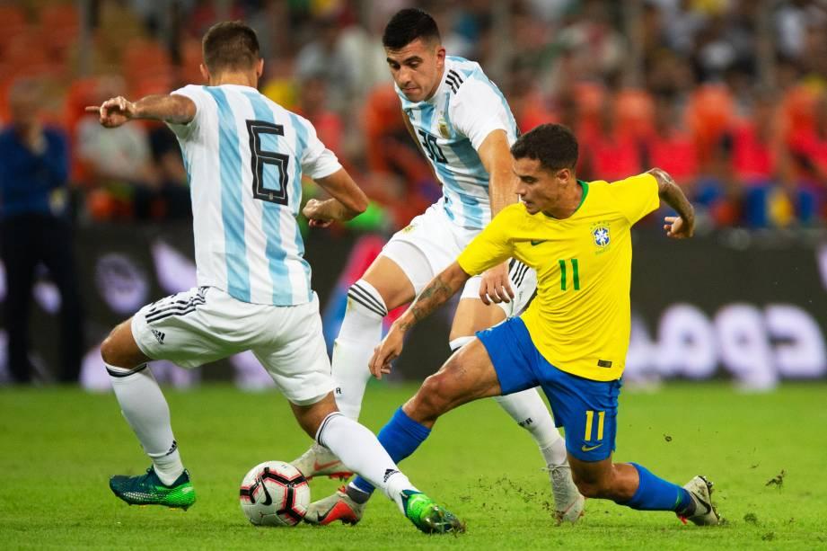 Philippe Coutinho (dir) disputa bola com Pezzella e Battaglia, durante partida entre Brasil e Argentina, válida pelo Superclássico das Américas - 16/10/2018