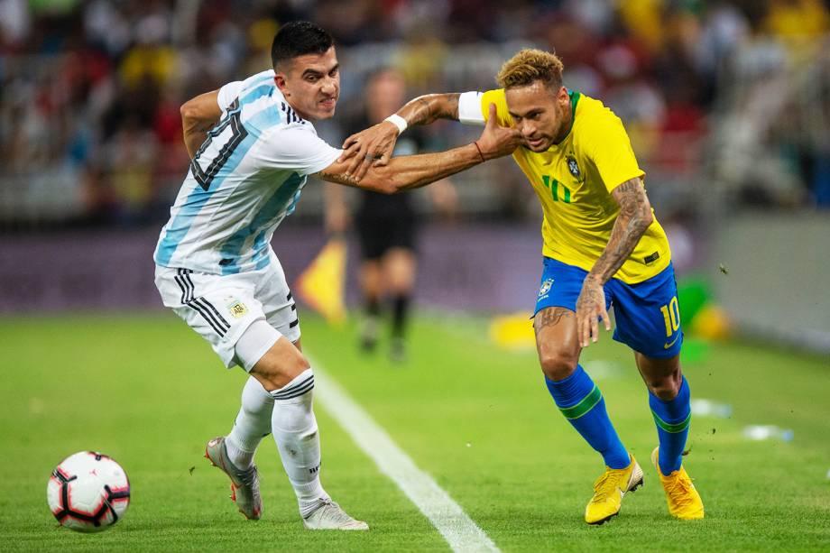 Battaglia (esq) disputa bola com Neymar (dir), durante partida entre Brasil e Argentina, válida pelo Superclássico das Américas - 16/10/2018