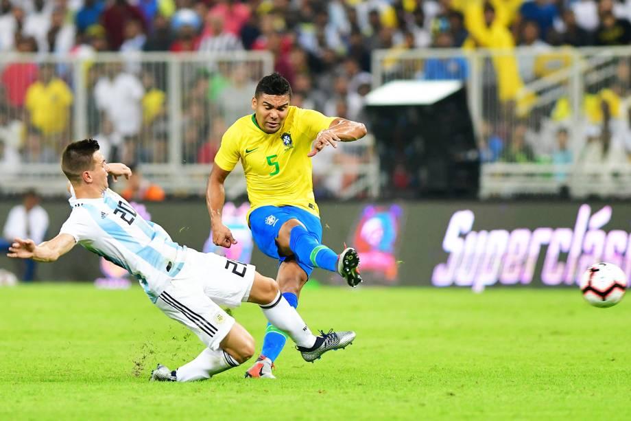 Casemiro (dir) disputa bola com Giovani Lo Celso (esq), durante partida entre Brasil e Argentina, válida pela Superclássico das Américas - 16/10/2018