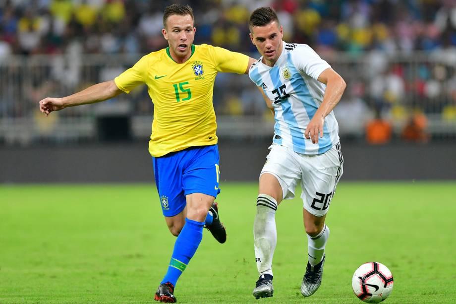 Arthur (esq) disputa bola com Giovani Lo Celso (dir), durante partida entre Brasil e Argentina, válida pelo Superclássico das Américas - 16/10/2018
