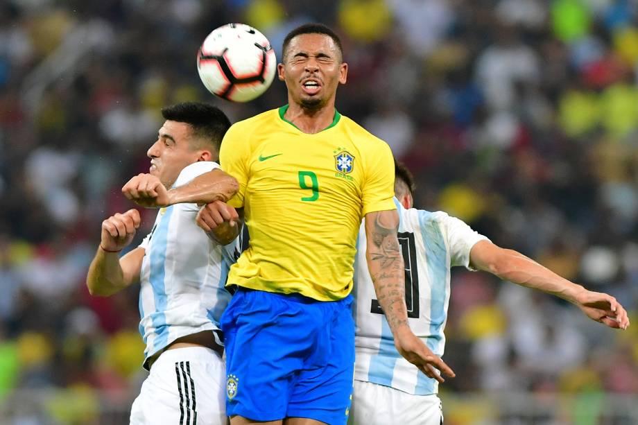 Gabriel Jesus disputa bola com Rodrigo Battaglia e Nicolas Tagliafico, durante partida entre Brasil e Argentina, válida pelo Superclássico das Américas - 16/10/2018