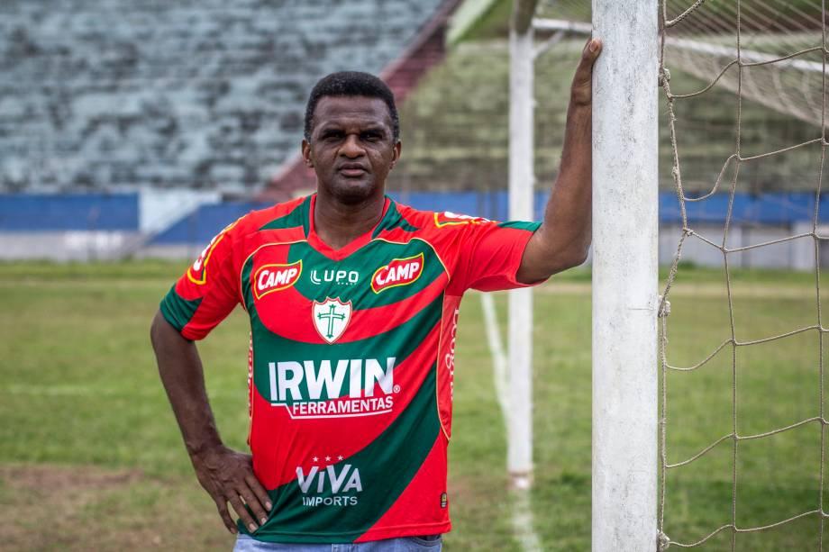 Capitão, ex-jogador e ídolo da Portuguesa, posa para foto no Estádio Municipal Pedro Benedetti, em Mauá (SP)