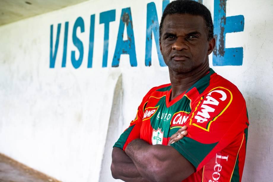 Capitão Oleúde, ex-jogador de futebol, que atuou pela Portuguesa, posa para foto no Estádio Municipal Pedro Benedetti, em Mauá (SP) - 03/10/2018