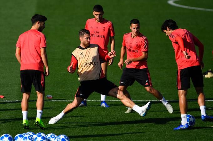 Sergio Ramos se irrita em treino e dá bolada em jovem da base