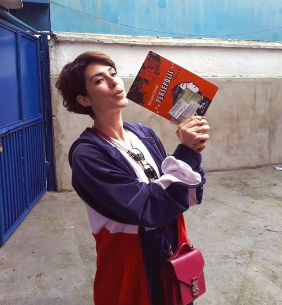 Fernanda Paes Leme votando com livro