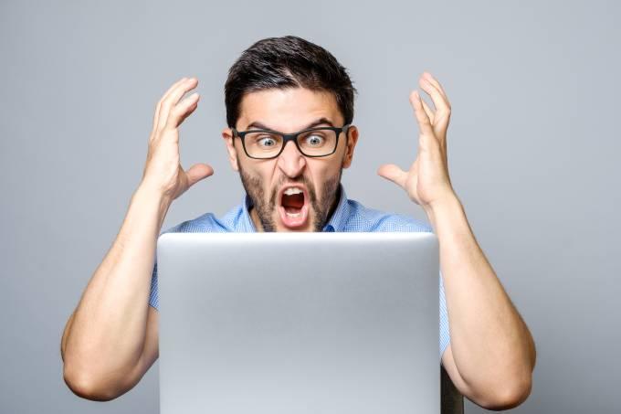 Homem estressado no computador