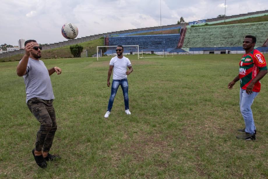 O ex-jogador de futebol Capitão bate bola com os filhos Oleúde Filho e Mateus
