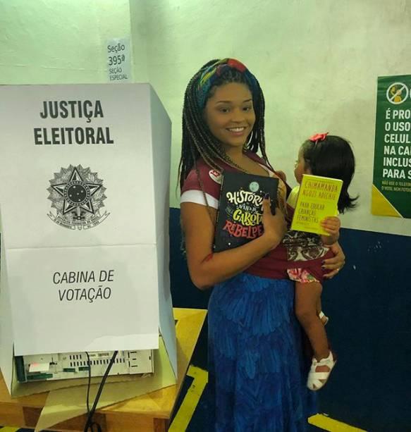 Juliana Alves votando com livro