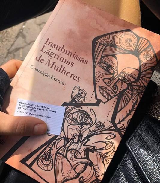 Leticia Colin leva livro de Conceição Evaristo para a votação do segundo turno